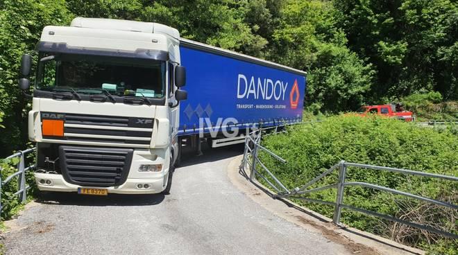 Camion incastrato vezzi portio