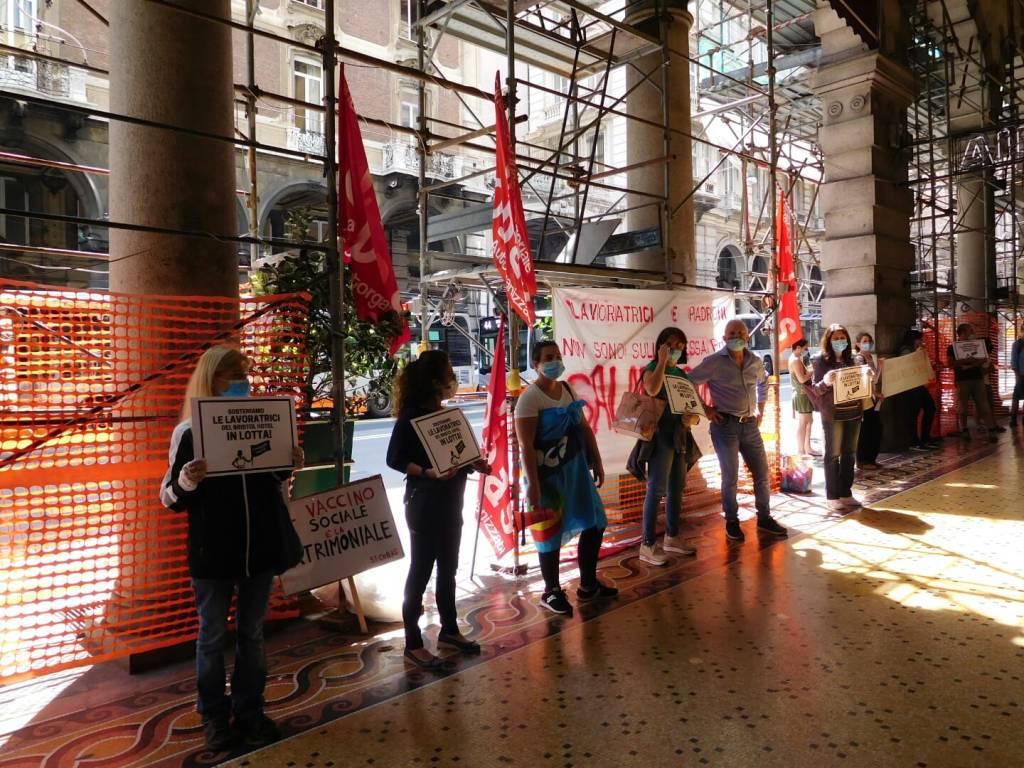 Hotel Bristol, la protesta dei Sì.Cobas con le lavoratrici delle pulizie