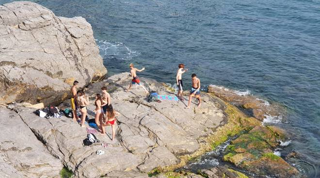 Spiagge per pochi? La rivincita delle scogliere: ecco 10 posti per andare al mare a Genova senza code
