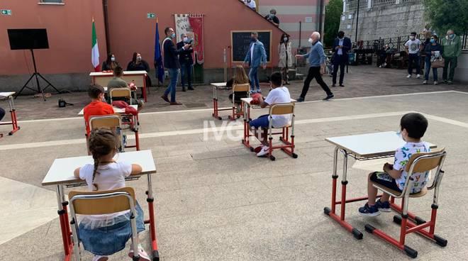 A Bergeggi un'aula in piazza per l'ultimo giorno di scuola