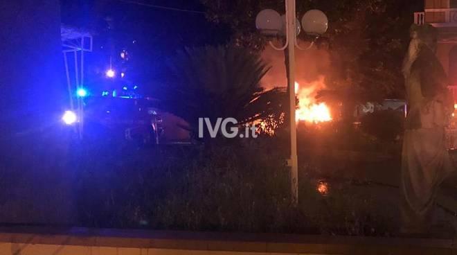 auto fiamme fuoco incendio notte