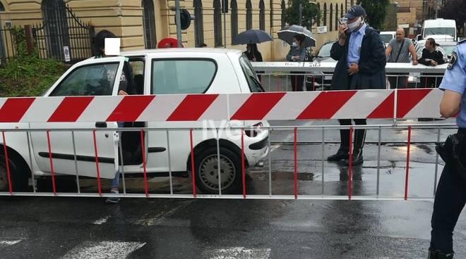 auto incastrata passaggio a livello