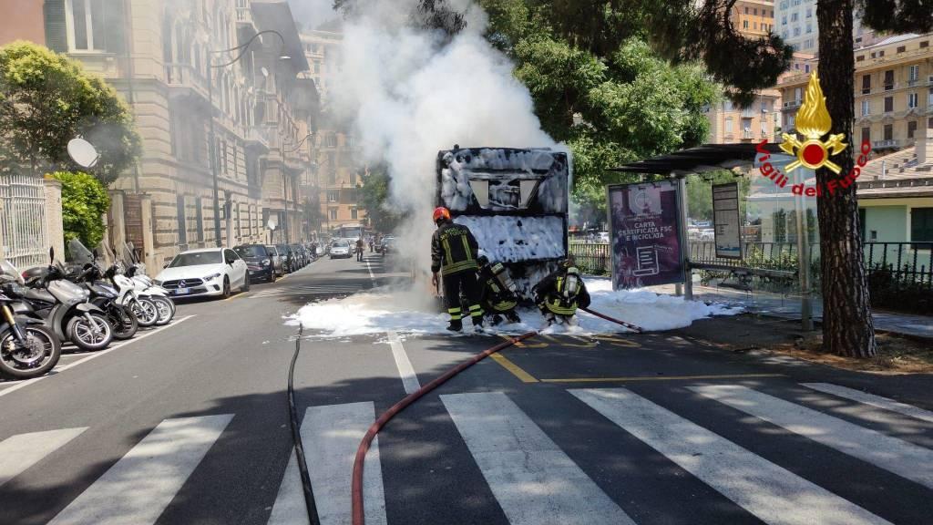Bus Amt prende fuoco in corso Firenze: paura in strada ma passeggeri tutti in salvo