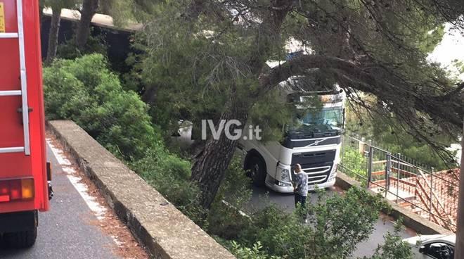 capo mimosa strada rollo camion incastrato vigili del fuoco