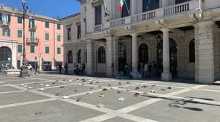 Fridays For Future, scarpe al posto dei ragazzi: flash mob a Savona
