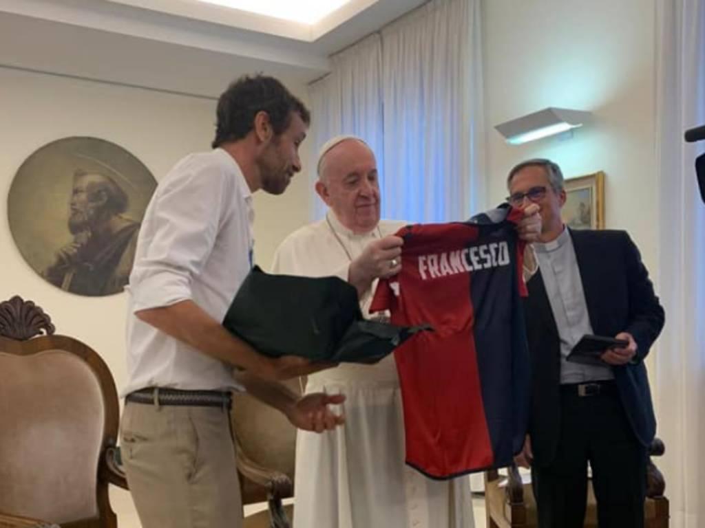 ignazio oliva porta maglia del Genoa a papa Francesco