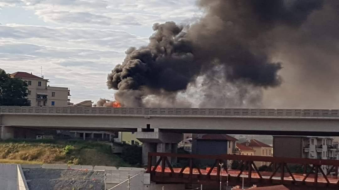incendio a10 camion fuoco fiamme