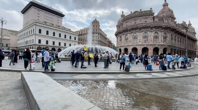 Piazza De Ferrari, la protesta degli operatori del turismo