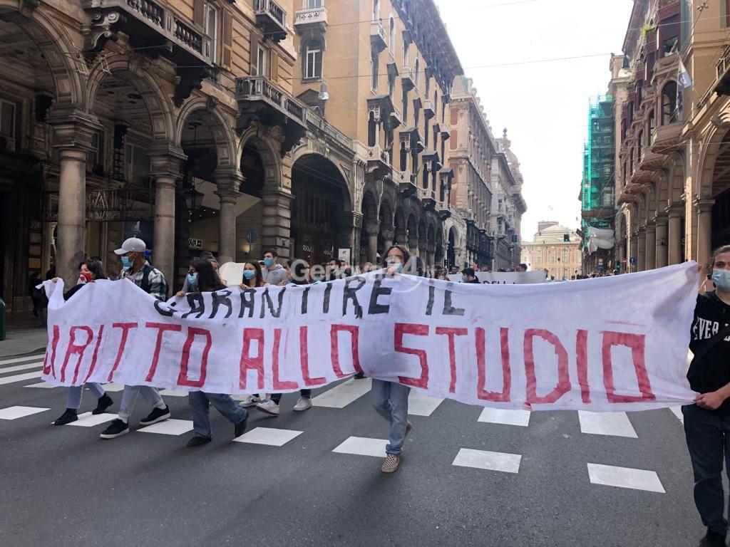 Protesta a De Ferrari per il diritto allo studio: l'assemblea in piazza e il corteo