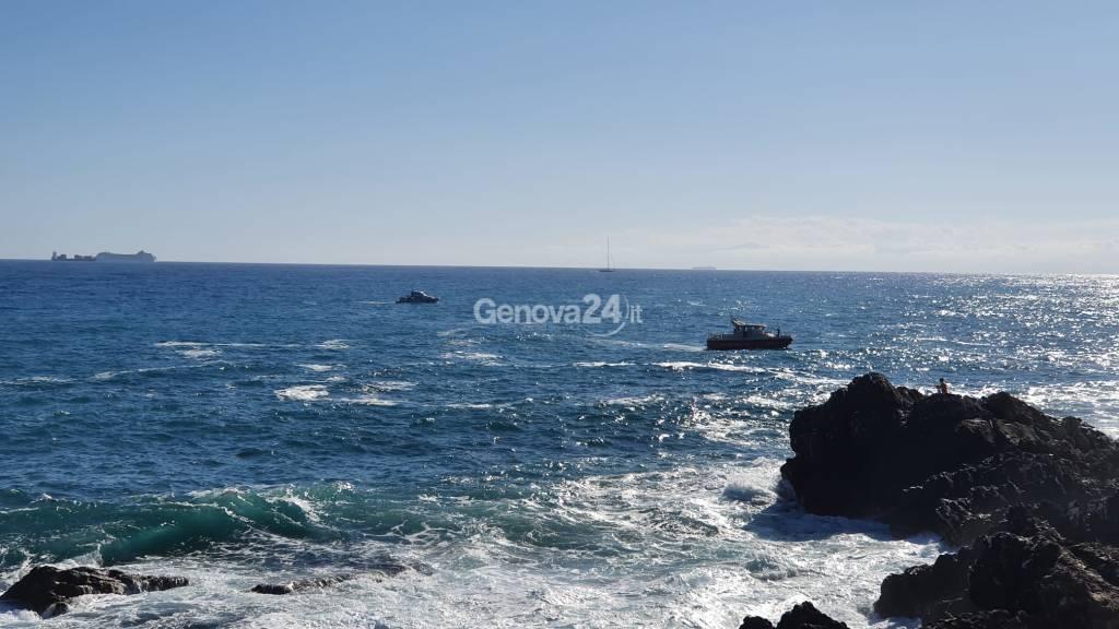 Soccorsi in mare a Quinto, ragazzi tra le onde