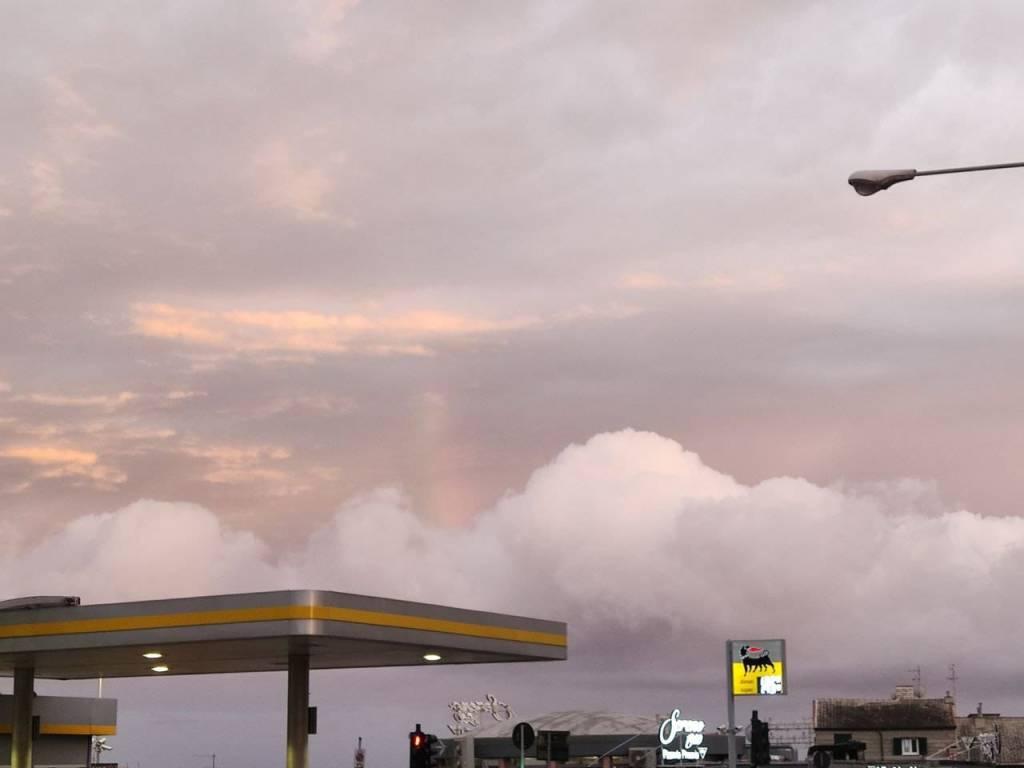 Spettacolo di nubi e arcobaleno nel cielo di Genova