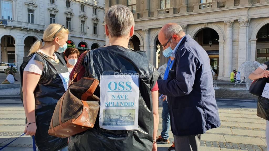 Vestiti coi sacchi dell'immondizia, la protesta degli operatori socio-sanitari a De Ferrari