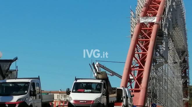 Albenga, iniziati i lavori di riverniciatura del ponte Rosso