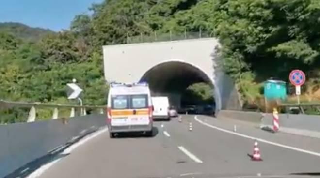 ambulanza in coda sulla a6 (frame video)