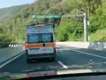 ambulanza in coda sulla a6 (frame video)