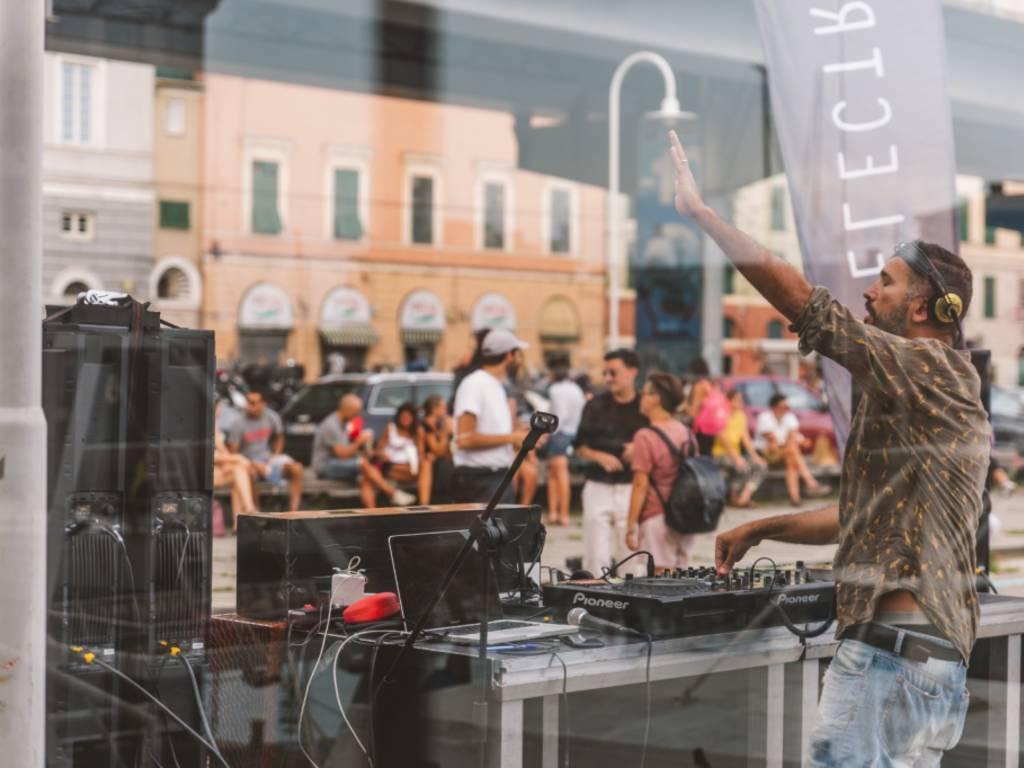 """House music e sapori del territorio: venerdì 24 luglio torna \""""Fish & Djs\"""" con LLL e Radio Brioschi"""