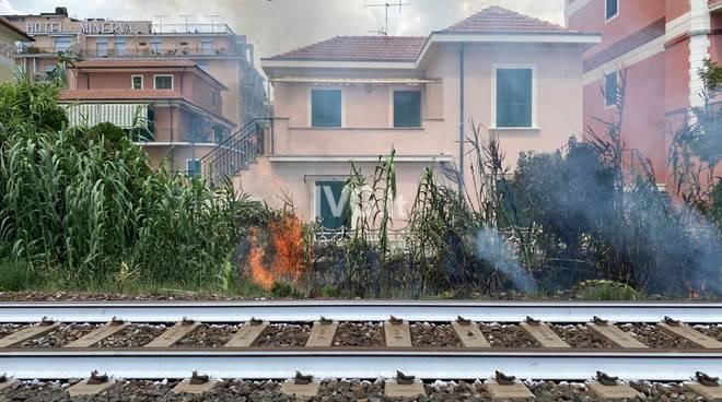 incendio fuoco binari massicciata