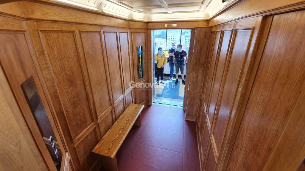 L'ascensore di Castelletto torna all'antico splendore, la nuova cabina è un viaggio a inizio Novecento