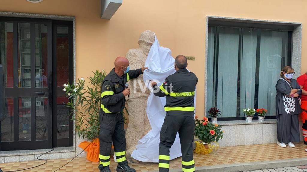 La scultura di Mario Nebiolo che rende omaggio ai vigili del fuoco