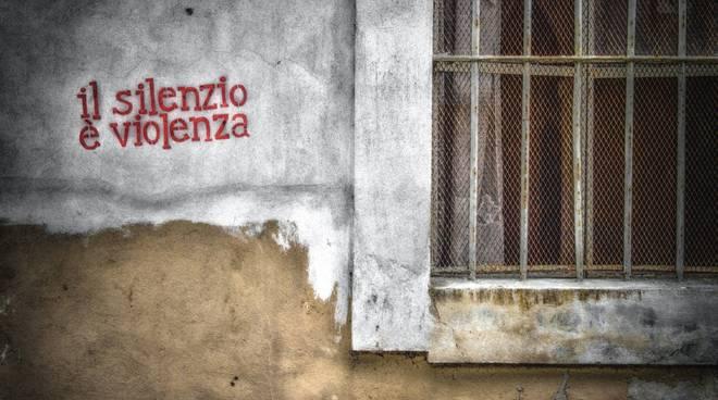 """Savona """"Il silenzio è violenza"""" mostra fotografo Matteo Musetti"""