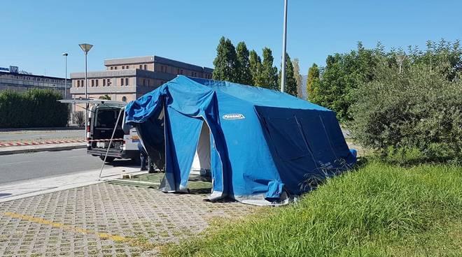 Albenga, allestita accanto al PPI dell'ospedale la tenda per effettuare i tamponi Covid