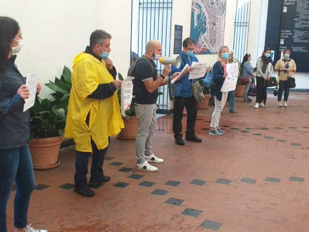Gruppo docenti precari di Genova e provincia: ieri flashmob in centro e oggi adesione allo Sciopero della Scuola