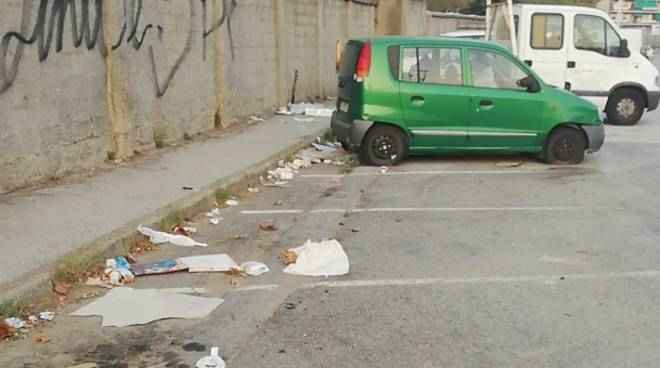 Spazzatura abbandonata sulla strada Legino