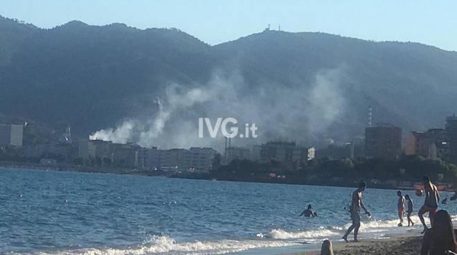 incendio spiaggia mare vado ligure