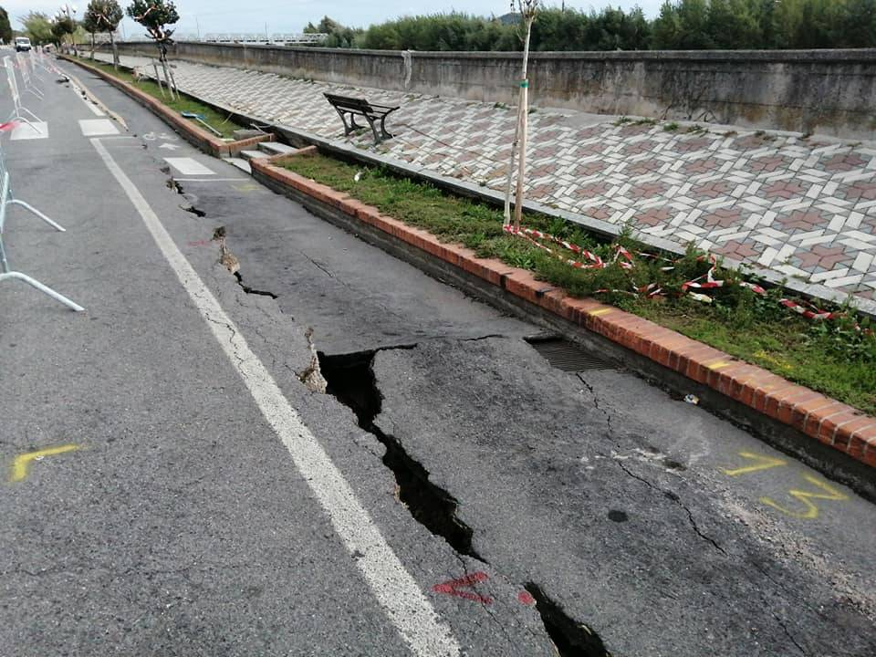Albenga, il Lungocenta rischia di crollare nel fiume