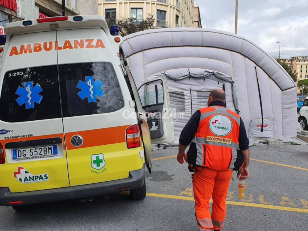 ambulanza in attesa al galliera