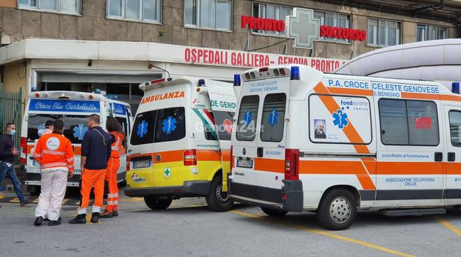 ambulanze in attesa al galliera