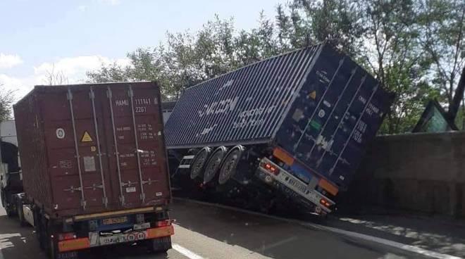 camion rovesciato a7