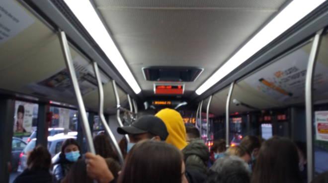 Sovraffollamento/distanziamento autobus in orario di punta