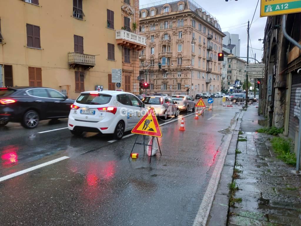 Corso Torino, lavori di ripristino nel sottopasso dopo l'esplosione del tubo