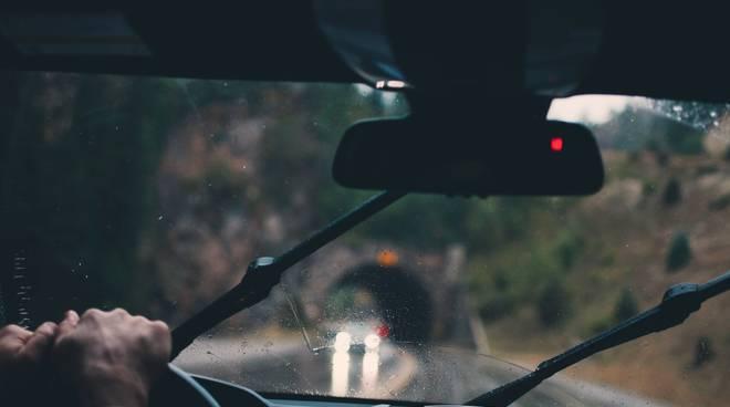 pioggia auto strada