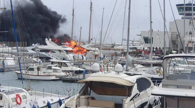 Imbarcazione a fuoco a Marina di Loano