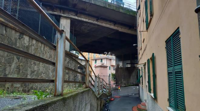 Quarto, cadono calcinacci dal viadotto di corso Europa: strada chiusa a oltranza