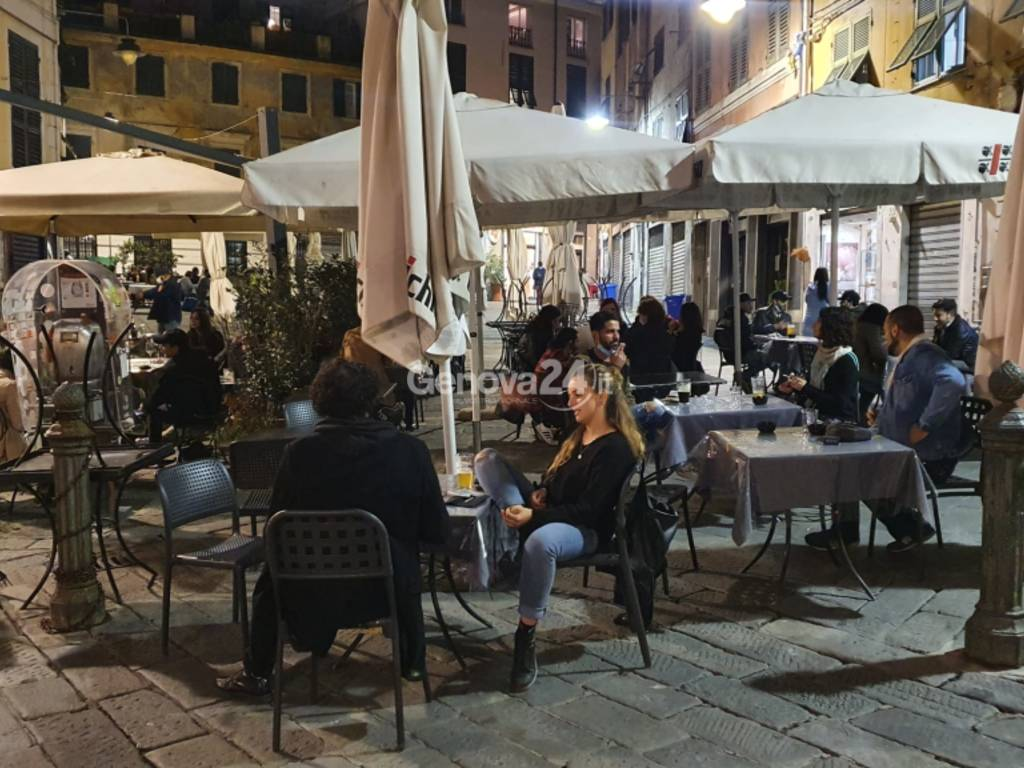 """Coronavirus, ultimo aperitivo in centro storico prima dell'ingresso in """"zona arancione"""""""