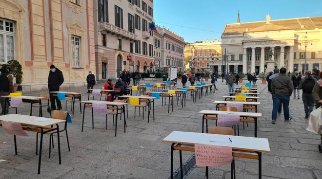 La scuola fantasma, manifestazione in piazza De Ferrari