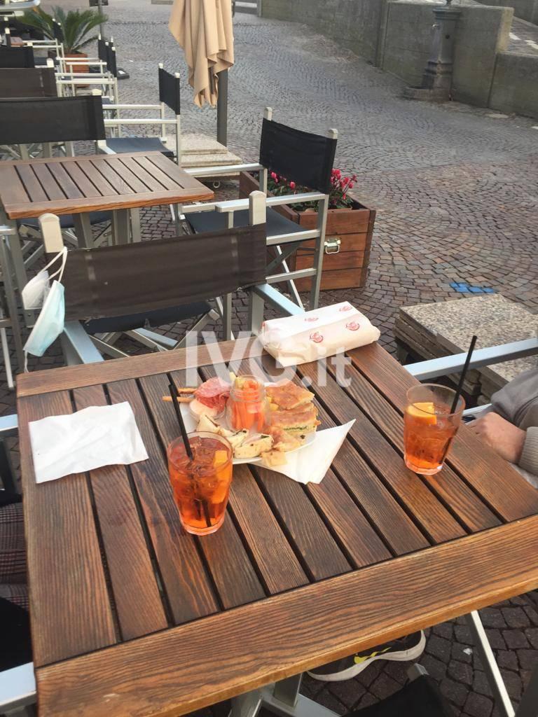 Liguria zona arancione, l'ultimo aperitivo ai tavolini: ma i bar savonesi non si arrendono