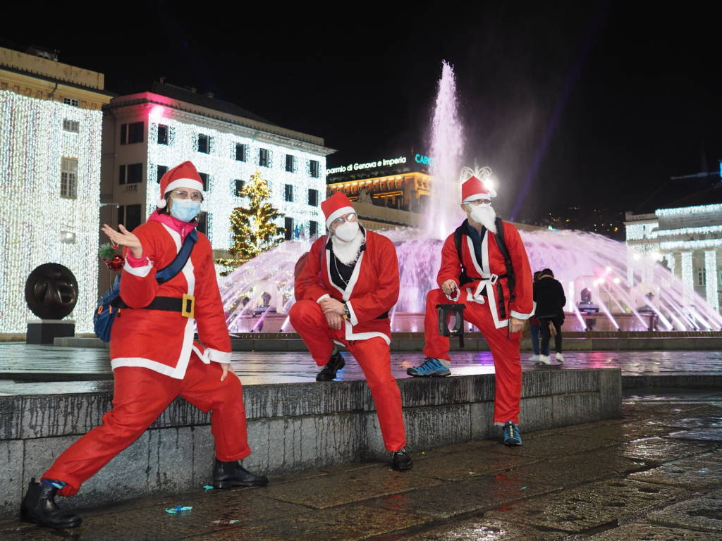 Babbi Natale.Piazza De Ferrari Invasa Dai Babbi Natale Aspettando La Prossima Camminata Per Il Gaslini Genova 24