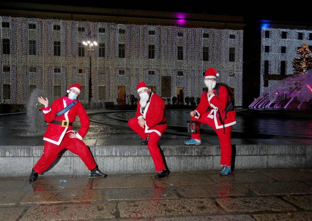 Babbi Natale in piazza De Ferrari