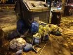 cassonetti pieni rifiuti spazzatura notte