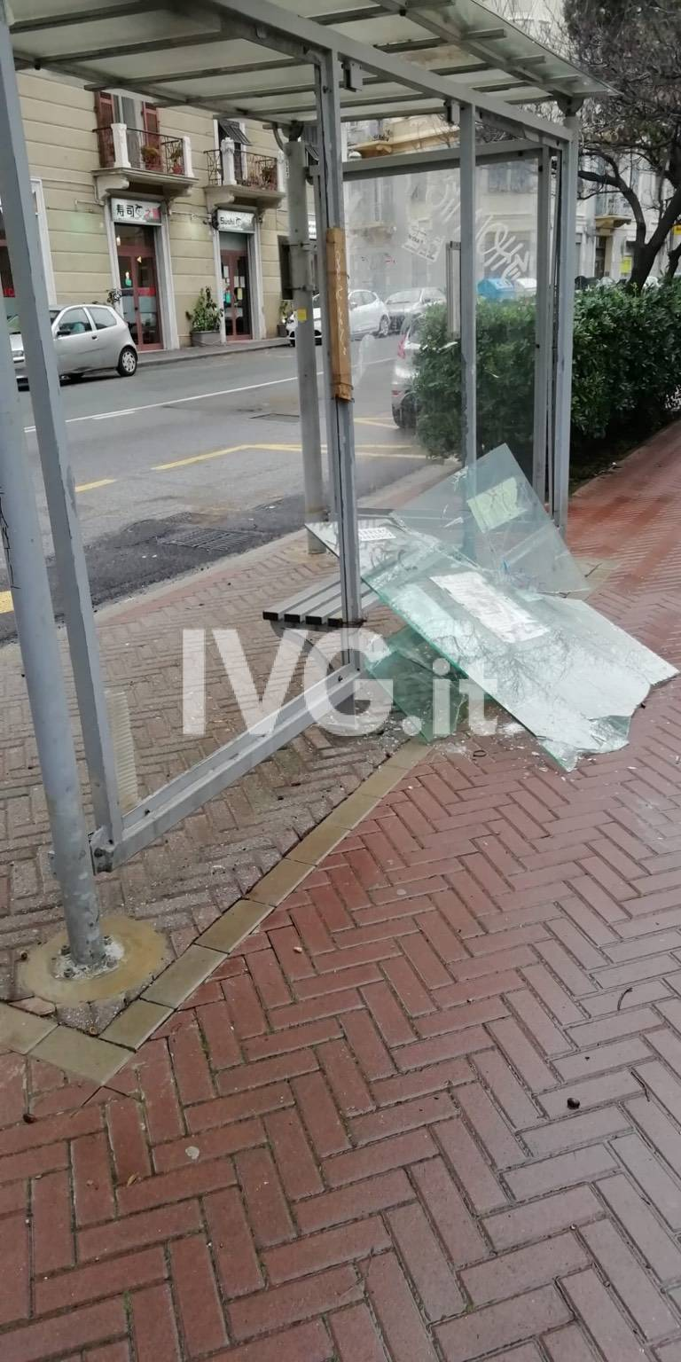 Fermata del bus vandalizzata Savona