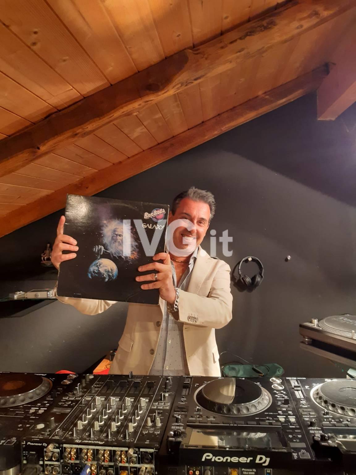 La discoteca irrompe in casa con il dj set social di Federico Sortino