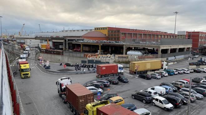 Varchi bloccati in porto, camion in coda e disagi al traffico