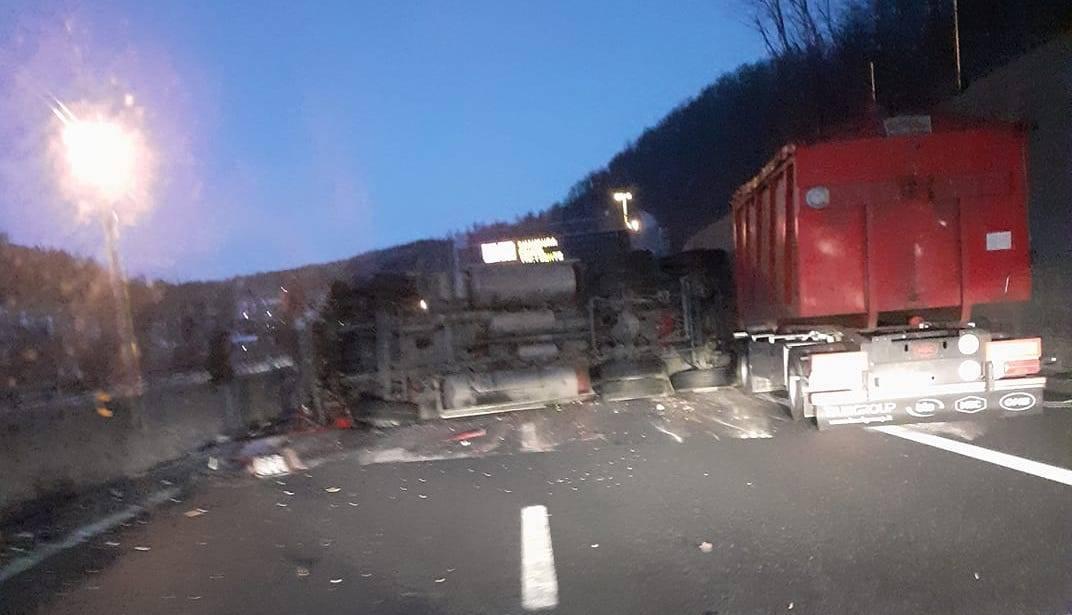 camion ribaltato rovesciato autostrada6