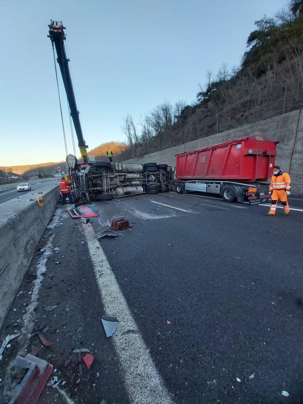 camion ribaltato rovesciato bilico autostrada6