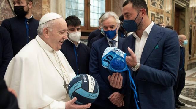 Felugo dona pallone e calottina al Papa