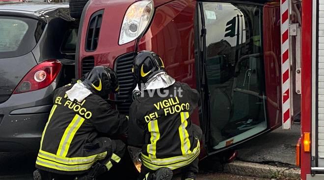 vigili del fuoco auto ribaltata